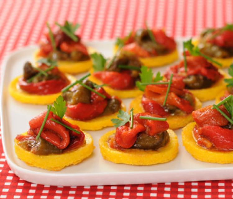 Toasts de polenta grillée aux poivrons confits